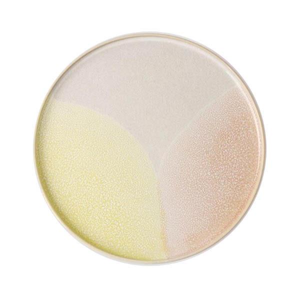 piatto in ceramica multicolore su fondo bianco