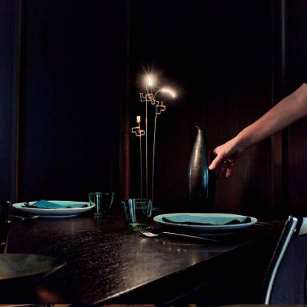 Piccola lampada a batteria su tavola apparecchiata