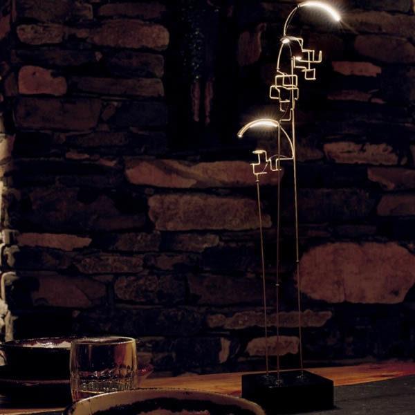 Lampada modello bouclé illumina un bicchiere ed un piatto